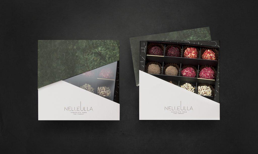 """16-os vnt. triufelių rinkinys dizainerio pakuotėje. Tai šokolado meistrų """"Nelleulla"""" rankų darbo kūrinys, nustebinsiantis net 9-iais (poromis) ar 16-a skirtingų skonių, tarp kurių rasite ir aukso dulkėmis puoštų šampano skonio ar rugiagėlėmis dekoruoto šafrano skonio triufelių."""