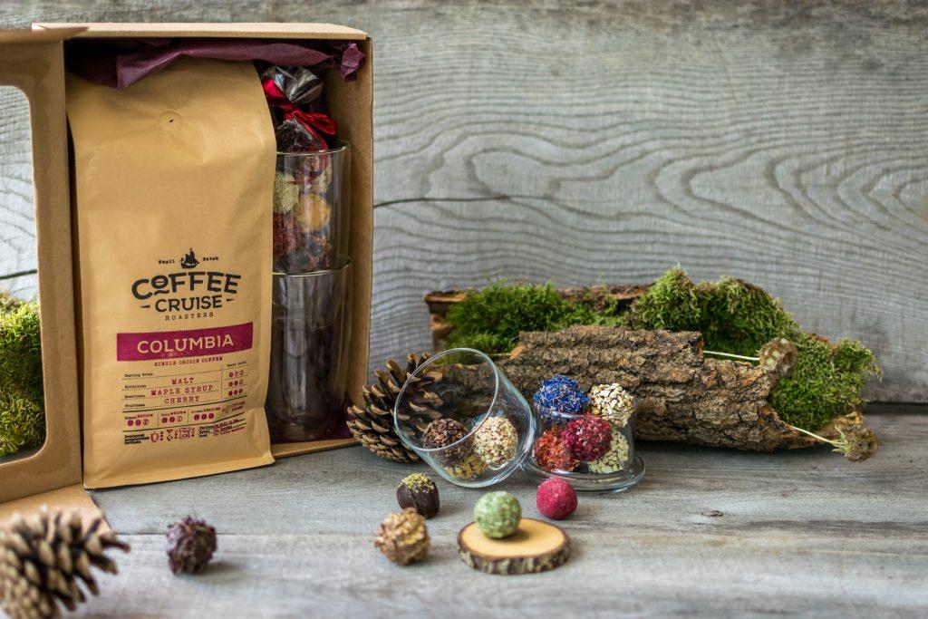 Kavos, termo stiklinių ir triufelių rinkinys. Pasirenkamas šviežiai Lietuvoje skrudinamų pupelių kilogramas, dvi termo stiklinės 360 ml bei 6 vnt. triufelių maišelis. Viskas ko reikia tobulai kavos pertraukėlei!