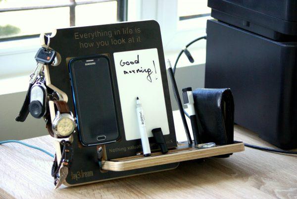 Organizeris su užrašine ant darbo stalo, naktinio staliuko. Laikykite čia savo išmanųjį telefoną, laikrodį, akinius, raktus, papuošalus, rašiklius ar kitus smulkius daiktus.