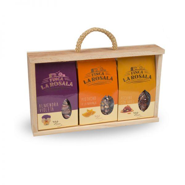 Trijų skirtingų riešutų pakuočių rinkinys medinėje dėžutėje, 225 g.
